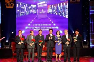 Giáo sư Hà Tôn Vinh cùng TOP 100 Phong Cách Doanh Nhân 2012 – Mark of Respect đến Malaysia.